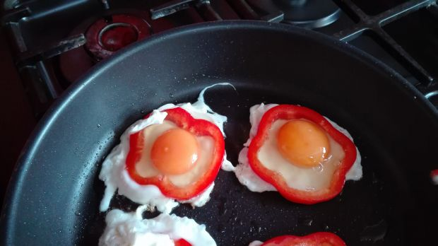Jajka sadzone w papryce z pomidorami