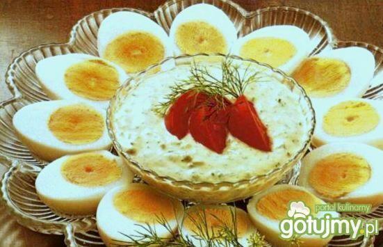 jaja z delikatnym ziołowym sosem