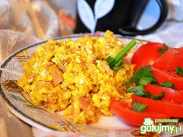 Jajeczne śniadanie z tuńczykiem