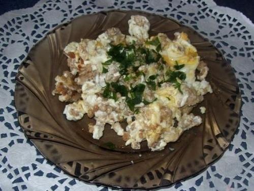 Jajecznica na mielonym mięsie