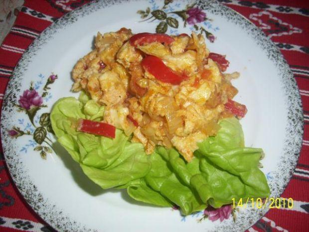 Jajecznica na pomidorach i papryce