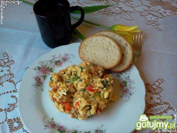 Jajecznica na roszponce z papryką