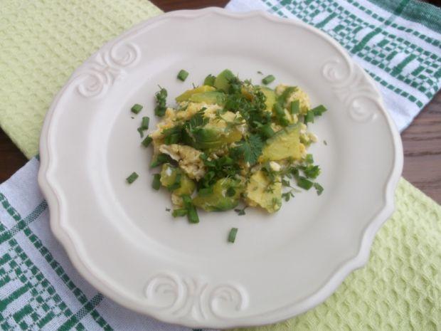 Jajecznica z awokado i zieleniną