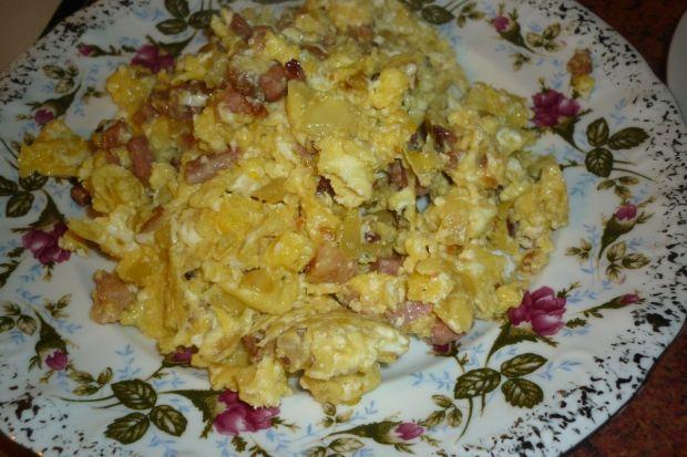 Jajecznica z boczkiem i cebulką