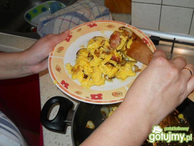 Jajecznica z cebulka serem i kełbaską