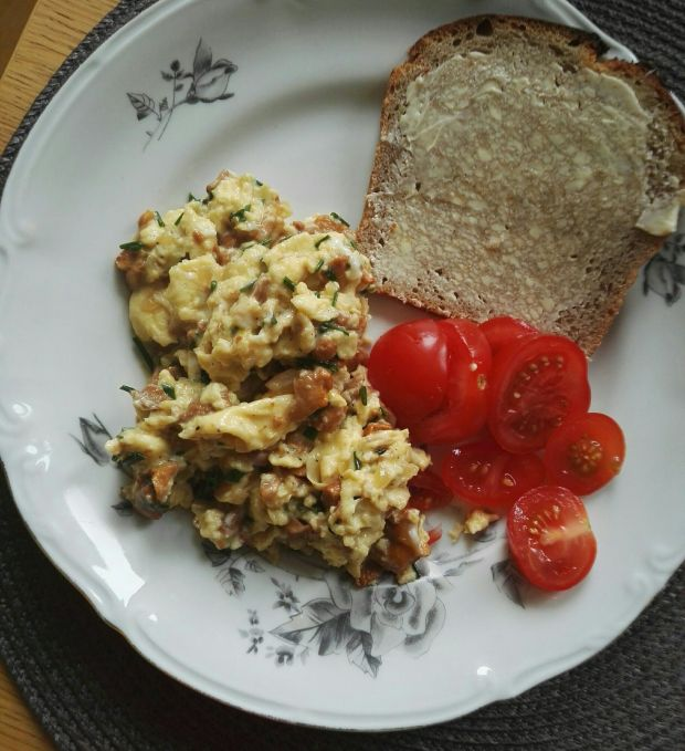 Jajecznica z kurkami i śmietanką