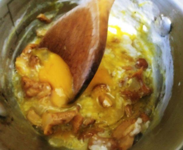 Jajecznica z kurkami i ze szczypiorkiem