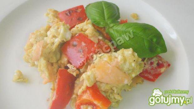 Jajecznica z łososiem wędzonym na zimno