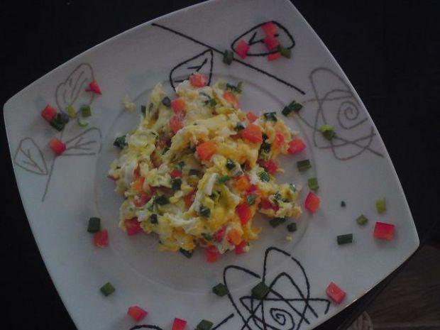 Jajecznica z papryką i szczypiorkiem.