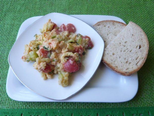 Jajecznica z pomidorami i kalafiorem