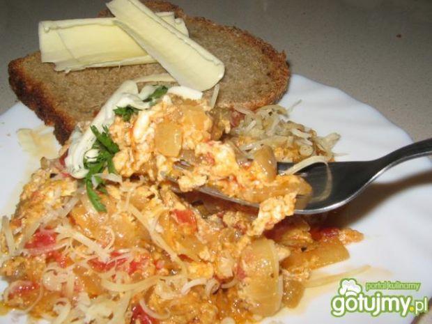 Jajecznica z pomidorami i oregano