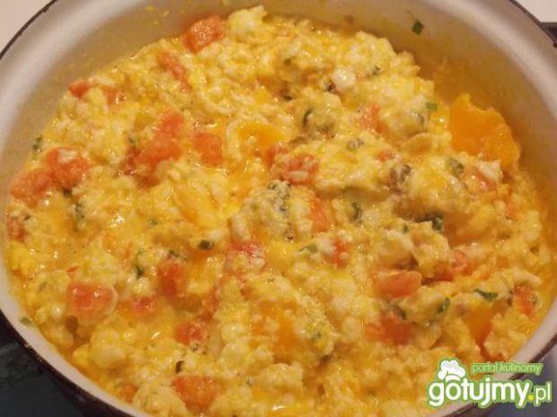Jajecznica z pomidorami na szczypiorku