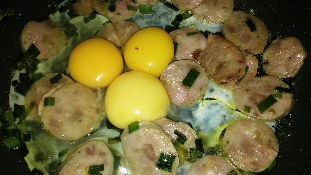 Jajecznica z porem i białą kiełbasą
