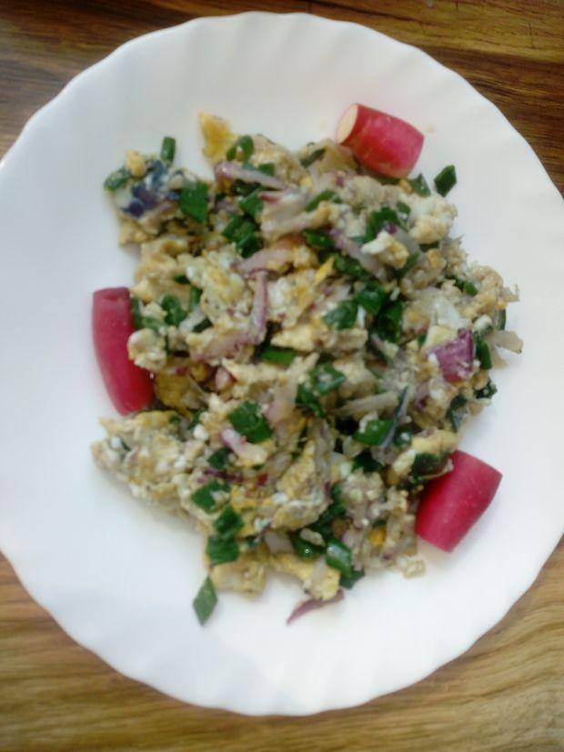 Jajecznica z rzodkiewka i szczypiorkiem