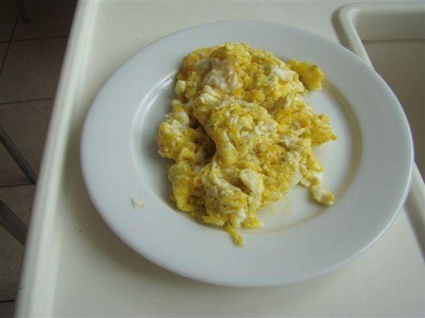 jajecznica z serem żółtym