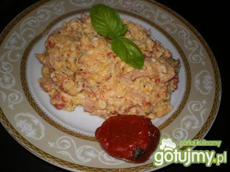 Jajecznica z suszonymi pomidorami