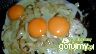 Jajecznica ze szczypiorkiem i cebulą