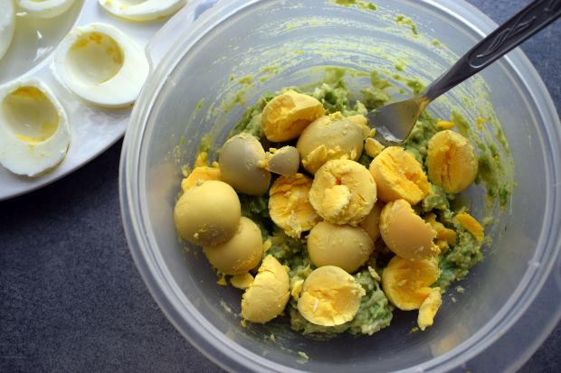 Jajka faszerowane awokado i suszonymi pomidorami