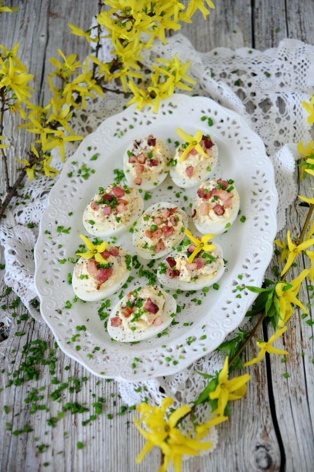 Jajka faszerowane boczkiem i suszonymi pomidorami