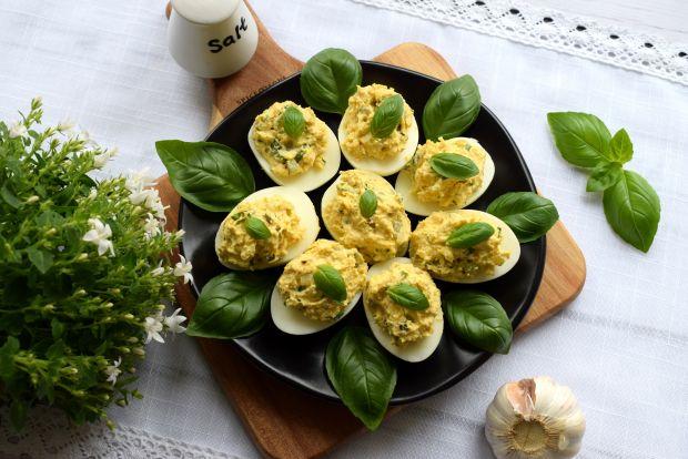 Jajka faszerowane gotowanym kurczakiem i bazylią