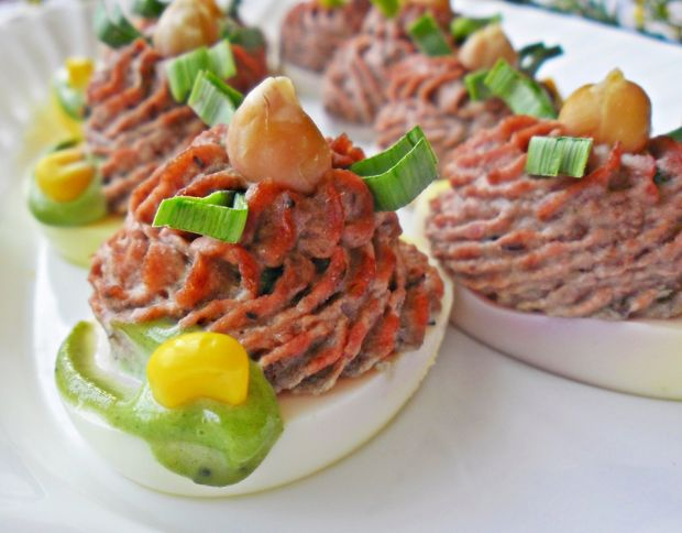 Jajka faszerowane pastą z soczewicy i ćwikły