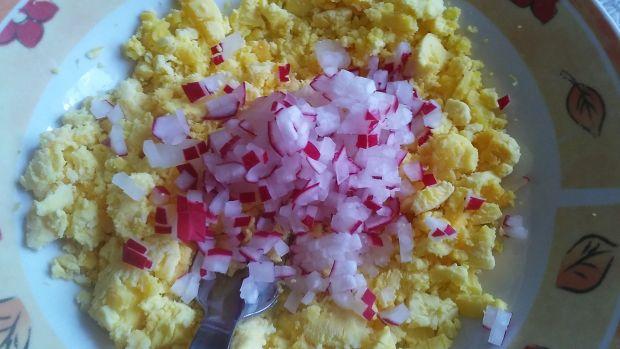 Jajka faszerowane rzodkiewką i szczypiorkiem.