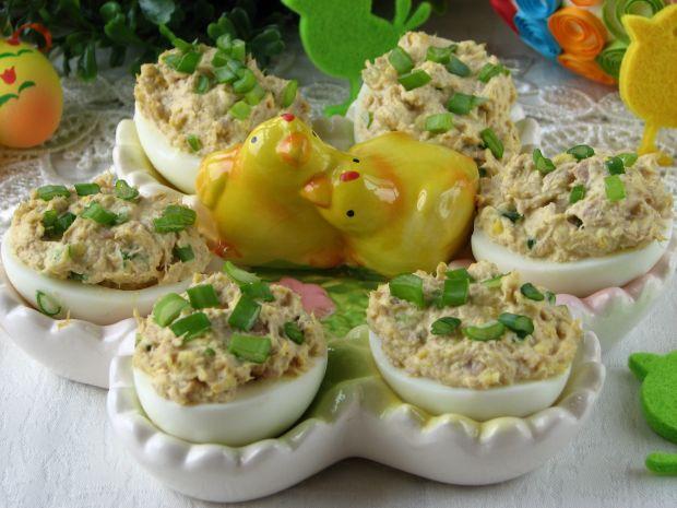 Jaja nadziewane tuńczykiem w zielonym sosie