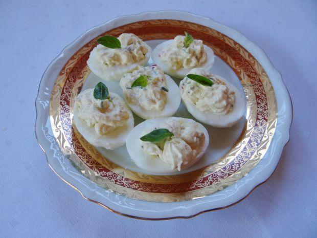Jajka faszerowane twarogiem z sosem czosnkowym