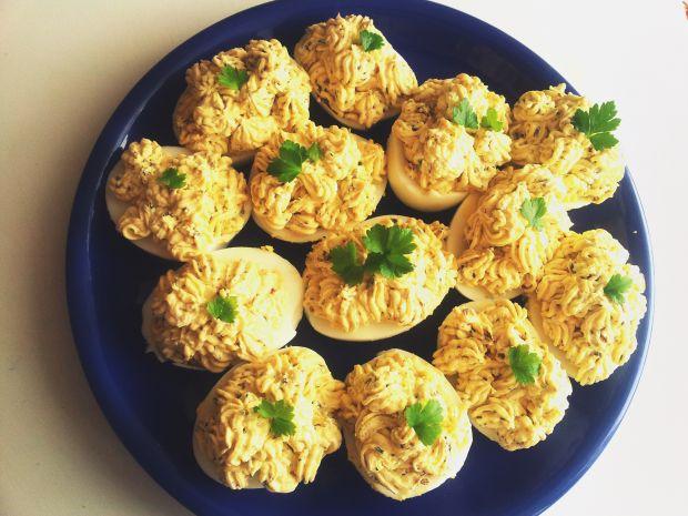 Jajka faszerowane twarożkiem i siemieniem lnianym.