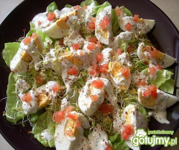 Jajka na sałacie, z pomidorem i kiełkami
