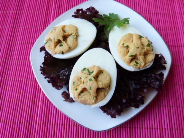 Jajka nadziewane pastą z żółtego sera