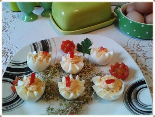 Jajka niespodzianki z makaronem i papryką
