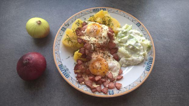 Jajka sadzone na kiełbasie
