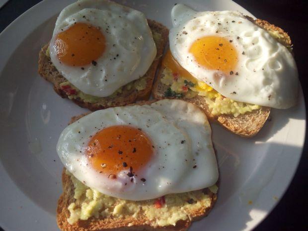 Jajka sadzone na tostach z guacamole