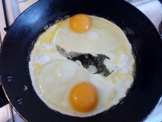 Jajka sadzone z kiełbaską i cebulką