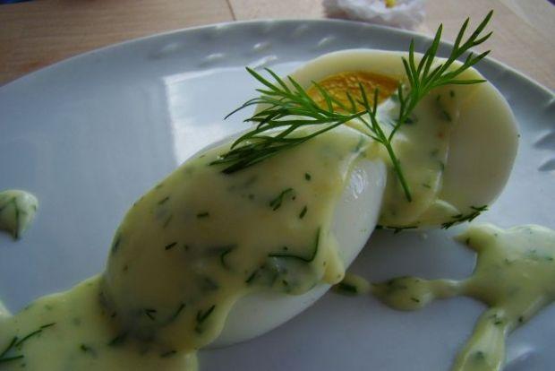 Jajka w białym sosie z koperkiem
