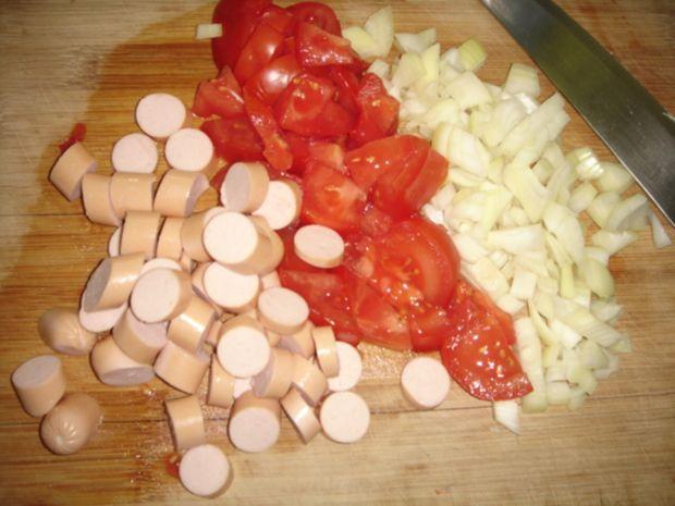 Jajka w kokilkach z parówkami, pomidorami i cebulą