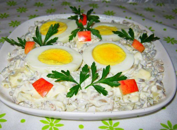 Jajka w sosie majonezowym z ogórkiem i pieczarkami