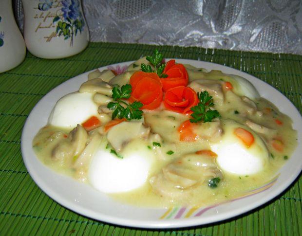 Jajka w sosie z pieczarkami