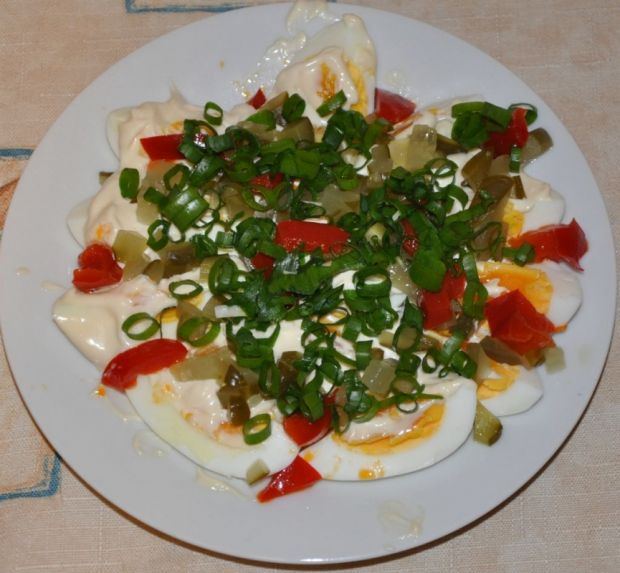Jajka z majonezem, papryką, ogórkiem i szczypiorem