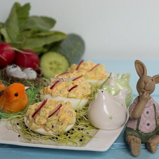 Jajka z rzodkiewką, ogórkiem i kiełkami pora