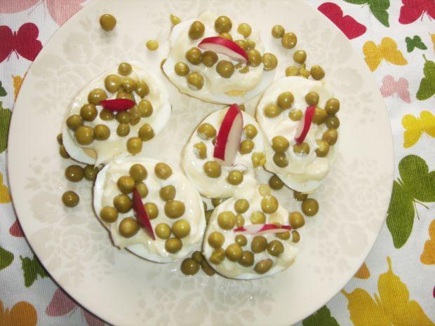 Jajka z szynką, groszkiem i rzodkiewką