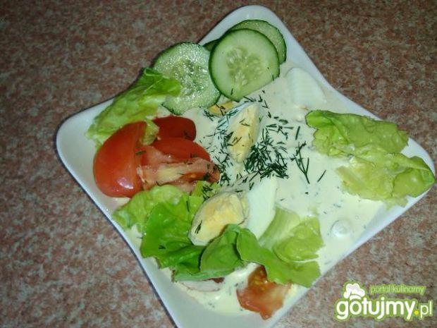 Jajka z warzywami w sosie koperkowym