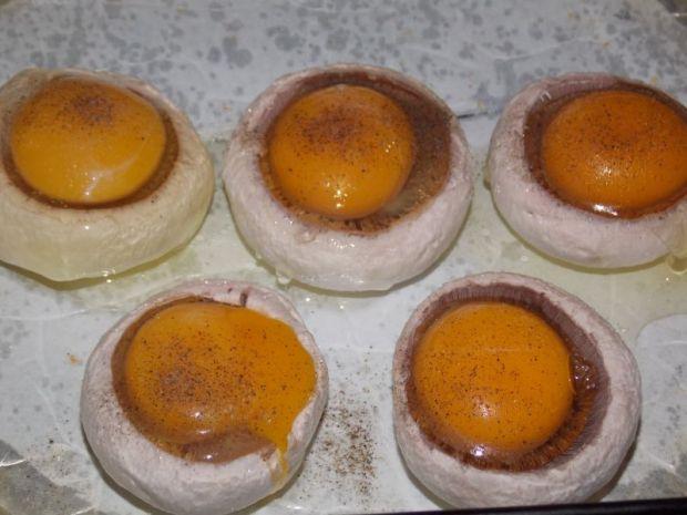 Jajka zapiekane w pieczarkach