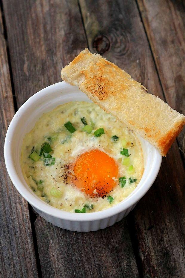 Jajka zapiekane z parmezanem i szczypiorkiem