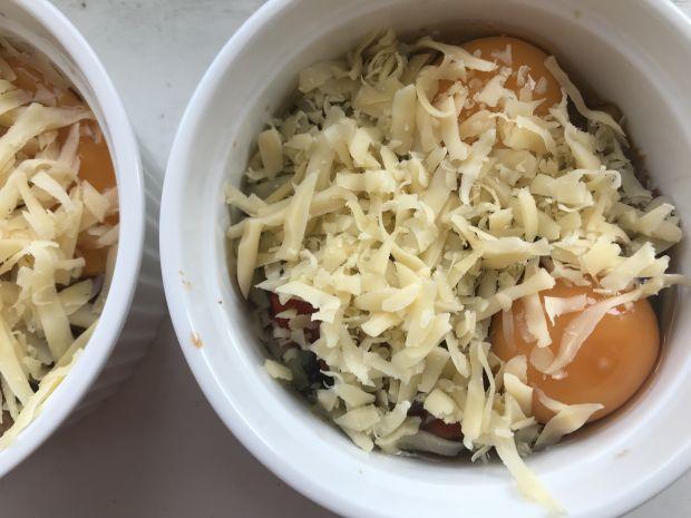 Jajka zapiekane z sosem pomidorowym i szparagami