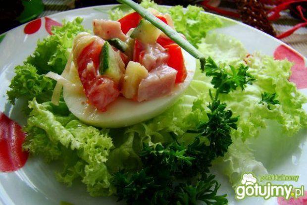 Jajko nadziewane wiosenną sałatką
