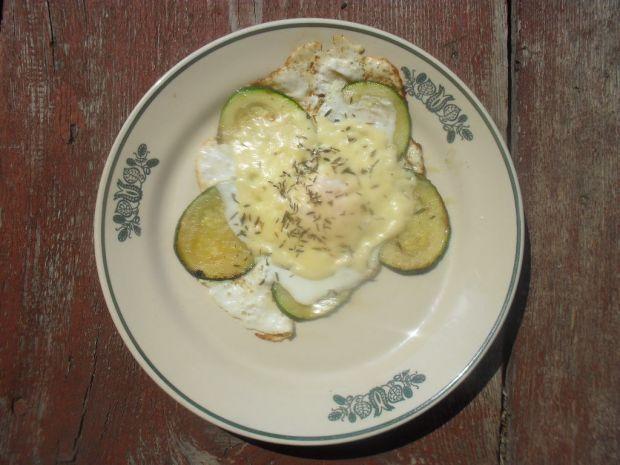 Jajko sadzone na cukinii