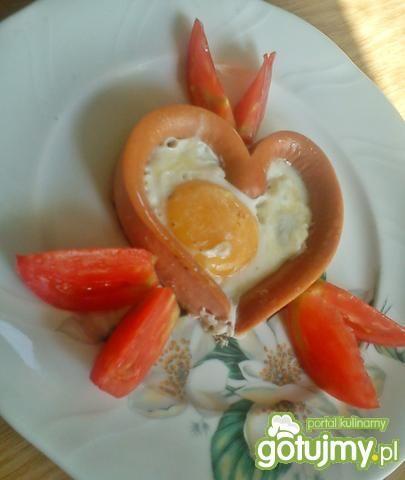 Jajko sadzone w sercu z parówek