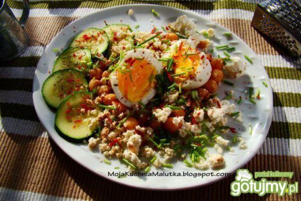 Jajko z cieciorką i serem wędzonym